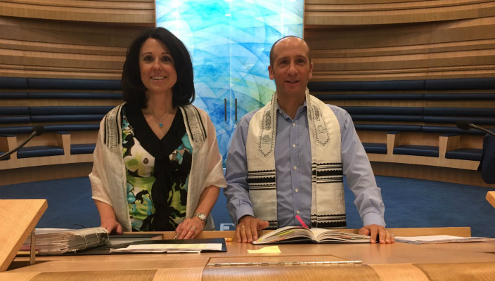 Cantorial Soloist Tara Abrams and Rabbi Benjie Gruber on the pulpit